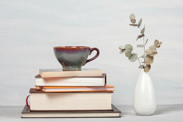 Książki, filiżanka kawy, szklanki do czytania
