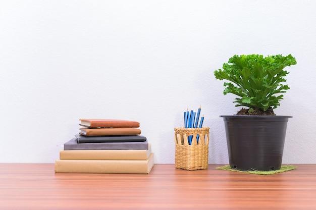 Książki i artykuły papiernicze leżą na biurku w biurze
