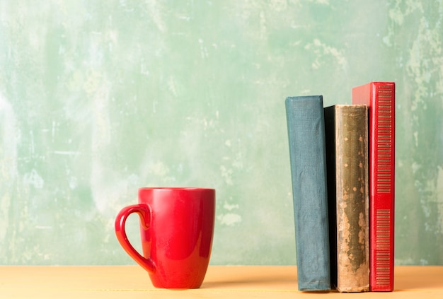 Książki i czerwony kubek