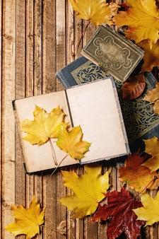 Książki i jesienne liście
