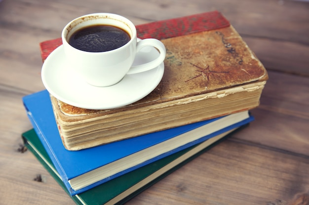 Książki i kawa na stole