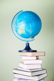 Książki i kula wyobrazić nowe światy