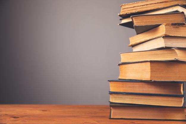 Książki jedna na drugiej na stole