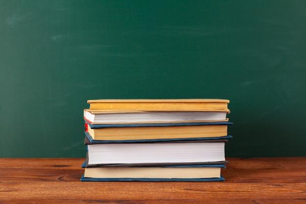 Książki na biurku, tablica tło