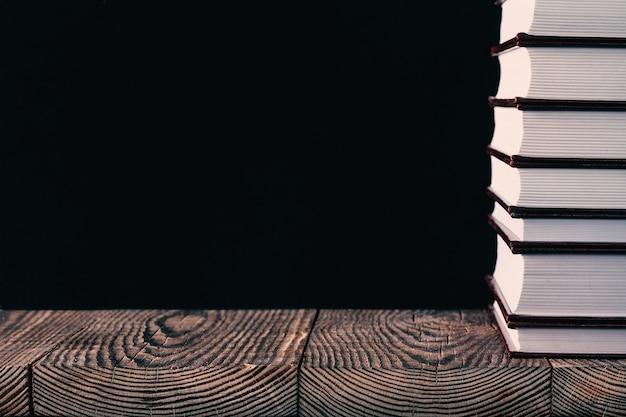 Książki na czarnym tle drewna