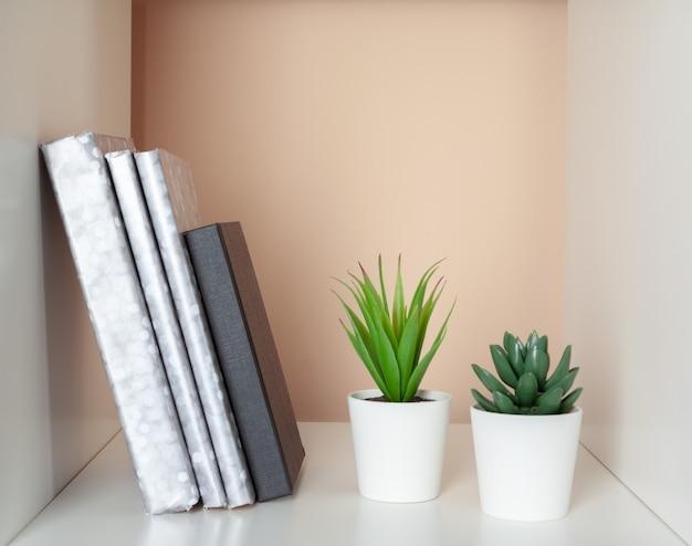Książki na drewnianej półce w domu lub biurze