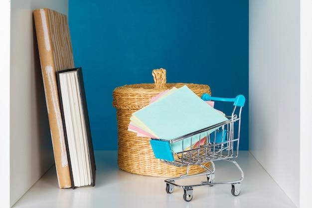Książki na drewnianej półce w domu lub w biurze