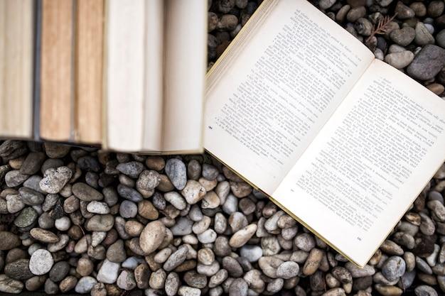 Książki na kamieniach