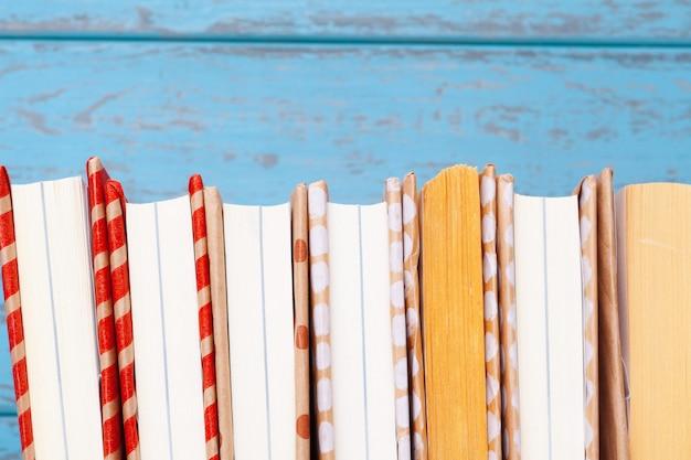 Książki na niebieskim tle drewnianych