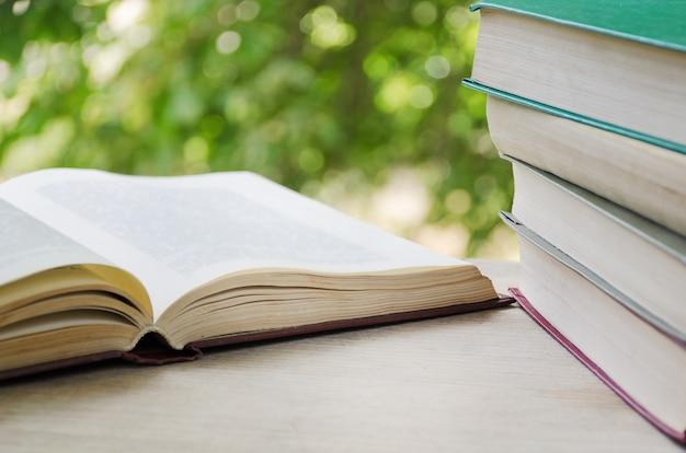 Książki na parapecie przy otwartym oknie
