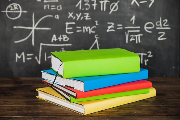 Książki na pulpicie blisko chalkboard