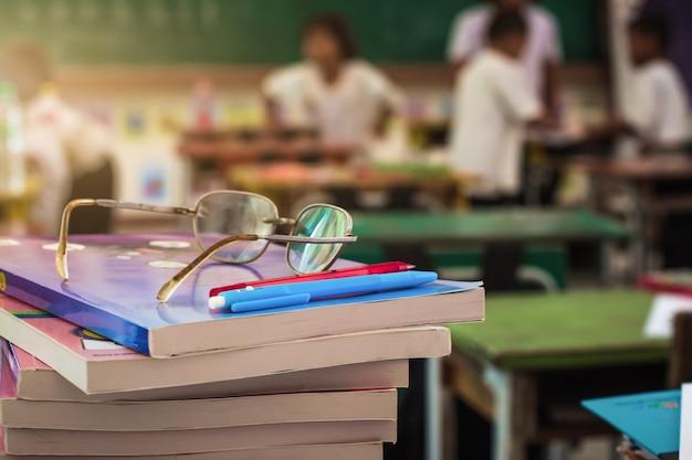 Książki na stole w klasie.