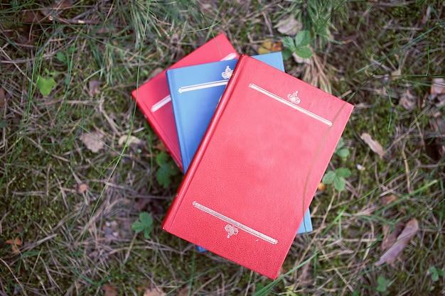 Książki na zewnątrz. książki w lesie