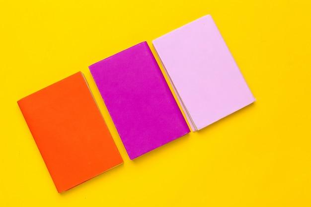 Książki na żółtym tle