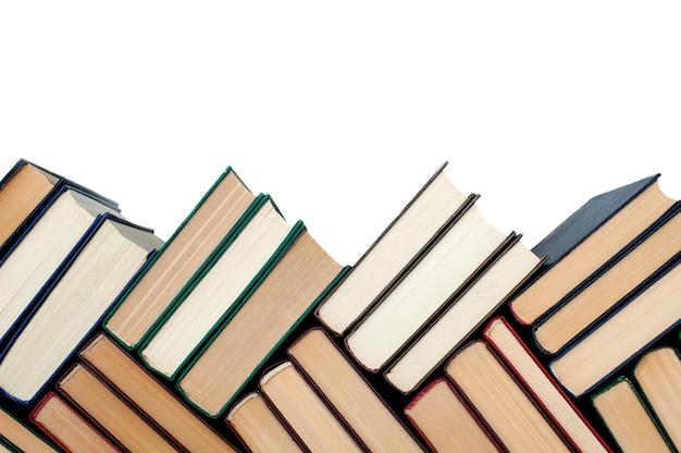 Książki są ułożone na białym tle