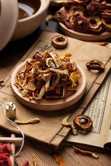Książki starożytnej medycyny chińskiej i zioła na stole