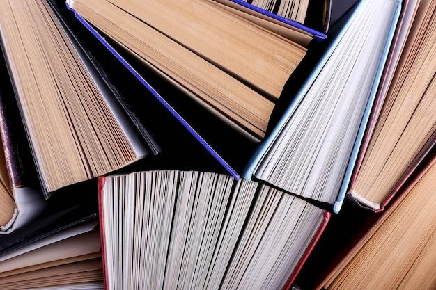 Książki stoją losowo. tło książki, wiedza to potęga.