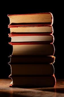 Książki stos z cieniem