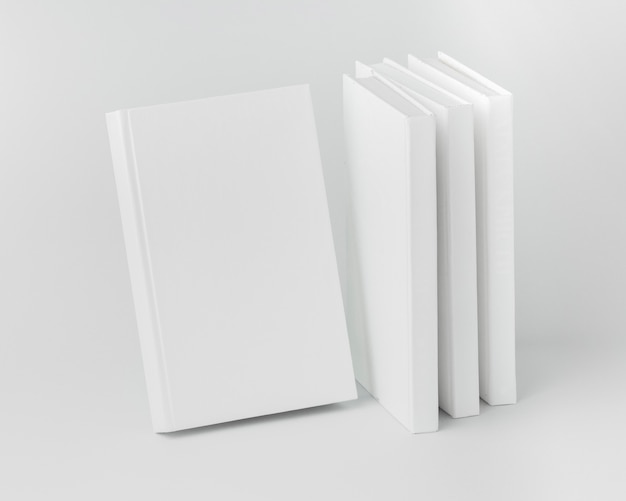 Książki ustawione pod wysokim kątem ustawione na biurku