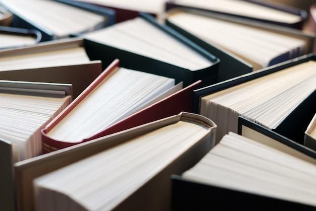 Książki w twardych okładkach na tle