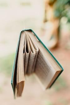Książki wisiały ozdobą ganku na zewnątrz