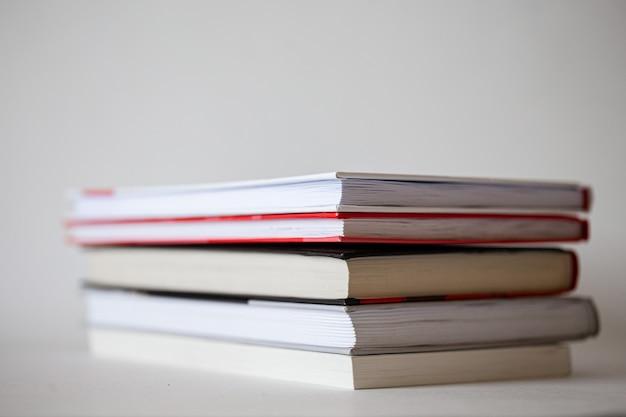 Książki z bliska w stosie. zestaw podręczników do edukacji.