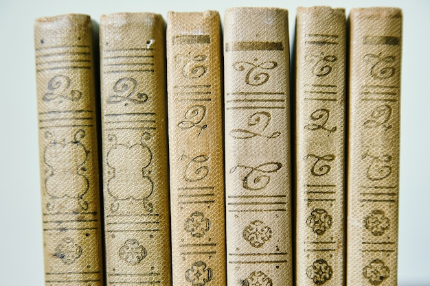 Książki z rzędu, tło blye
