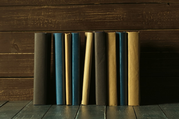 Książki zamykają up na starym drewnianym stole