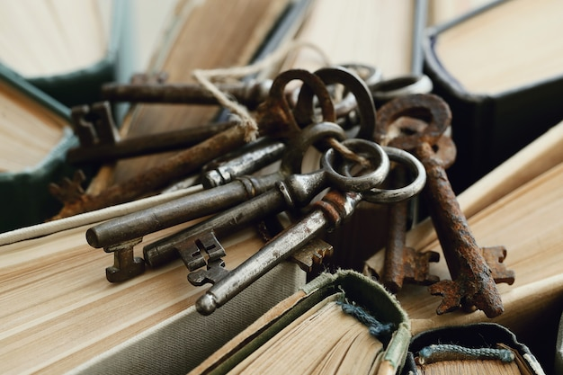 Książki ze starymi zardzewiałymi kluczami