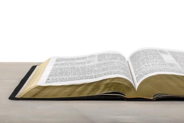 Księga pisma świętego na drewnianym tle