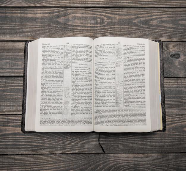 Księga pisma świętego, widok z góry