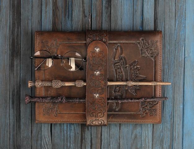Księga zaklęć na drewnianym stole
