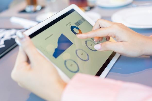 Księgowa bizneswoman używa ręki do planowania strategii i zysków w biurze pracy