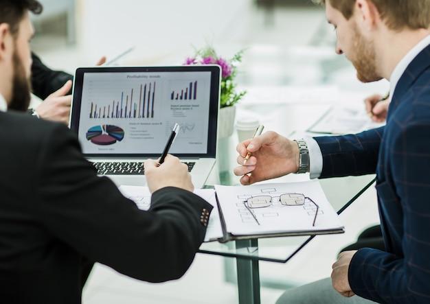 Księgowa omawia wykresy finansowe rozwoju firmy w miejscu pracy w biurze.