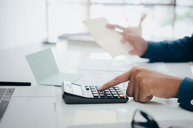 Księgowy lub bankier oblicza rachunek gotówkowy.