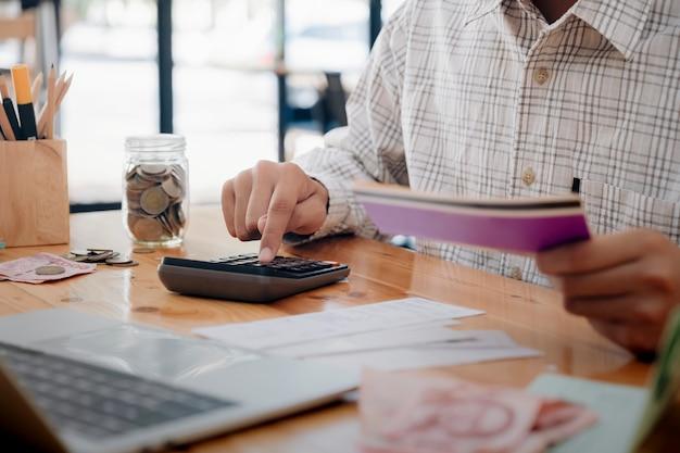 Księgowy lub bankier obliczają rachunek gotówkowy.