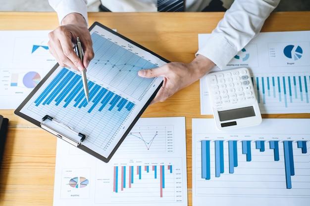 Księgowy pracuje analizując i obliczając roczne sprawozdanie finansowe bilans wydatków