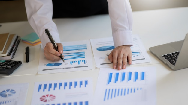 Księgowy sprawdza raport o dochodach firmy. kierownictwo przegląda dane o dochodach.