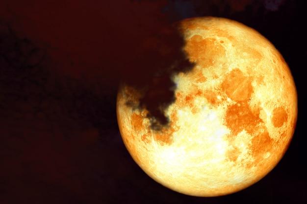 Księżyc czerwony jesiotra z powrotem na chmury sylwetka na niebo zachód słońca