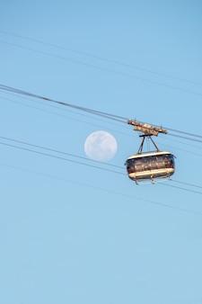 Księżyc i kolejka linowa sugarloaf w rio de janeiro brazylia