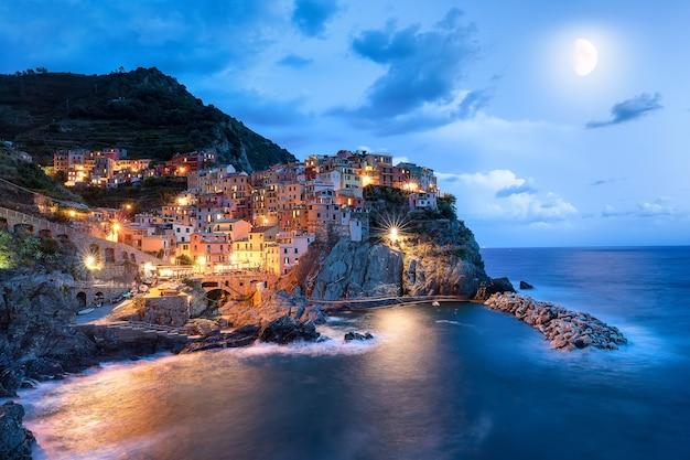 Księżyc i wioska manarola nocą, cinque terre, włochy, europa