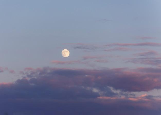 Księżyc jest naturalnym satelitą ziemi