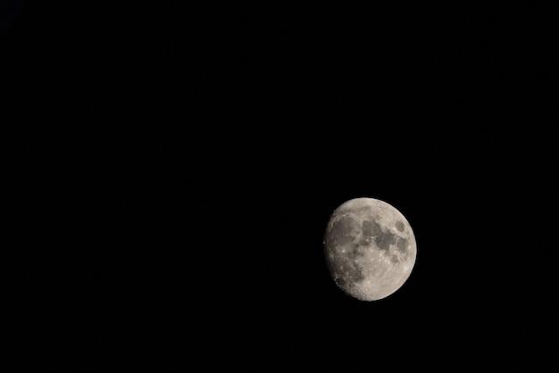Księżyc na ciemnym nocnym niebie