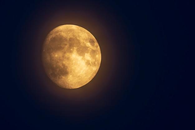 Księżyc na niebie z widocznymi kraterami