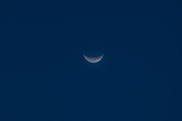 Księżyc na nocnym niebie