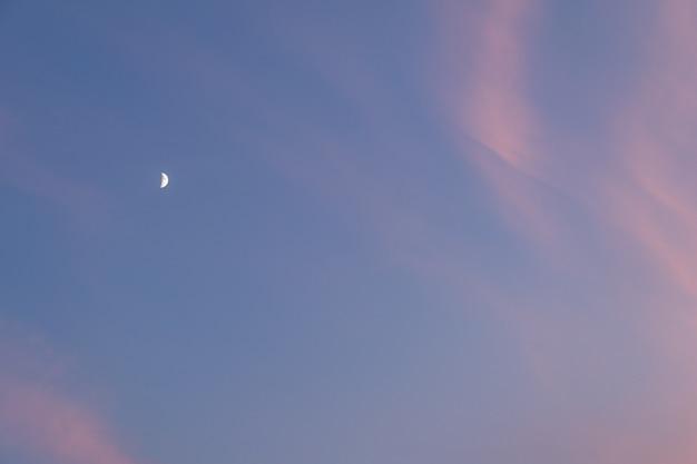 Księżyc na wieczornym niebie z chmurami