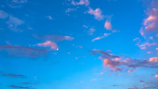 Księżyc na wieczornym niebie