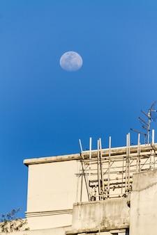 Księżyc nad budynkiem w copacabana, rio de janeiro, brazylia.