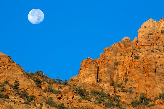 Księżyc nad południowo-zachodnimi klifami w utah