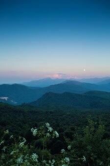 Księżyc o zachodzie słońca w górach kaukazu